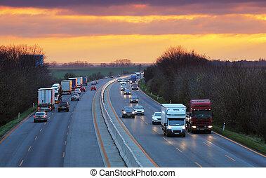 verkeer, vrachtwagens, snelweg