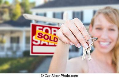 verklig, kvinna, egendom, stämm, hus, såld, realisation signera, holdingen, främre del, färsk, home., spänd, trevlig