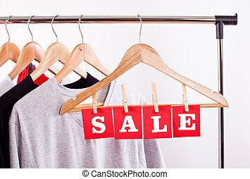 verkoop, in, een, de opslag van de kleding, -, korting, meldingsbord, op, een, kleren, rek.