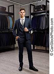 verkoop, shoppen , stijl, concept, mensen, mode, -, jonge, jas, elegant, mall, kies, het proberen, kleding, of, winkel, man