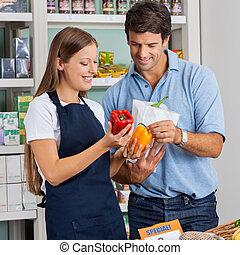 verkoopster, helpen, mannelijke , klant, op, grocery slaan op