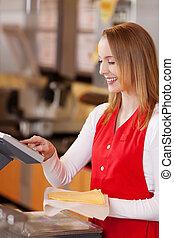 verkoopster, het bereiden, kaas, rekening, op, kruidenierswinkel, toonbank