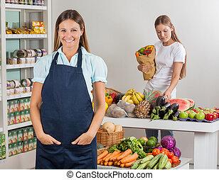 verkoopster, met, vrouwlijk, klant, shoppen , op, supermarkt