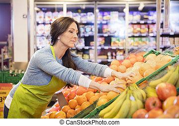 verkoopster, schikken, sinaasappel, in, supermarkt