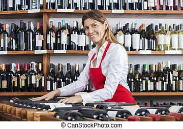 verkoopster, schikken, wijn bottelt, in, rek