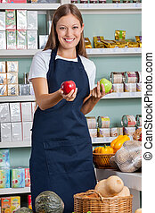 verkoopster, vasthouden, appeltjes , in, supermarkt