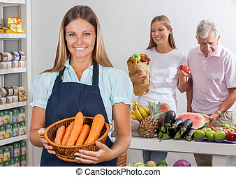 verkoopster, vasthouden, wortel, mand, op, supermarkt