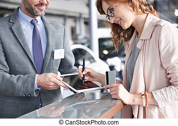 verkoper, gebruik, digitaal tablet, om te, meldingsbord, in