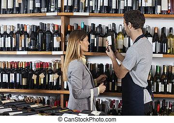verkoper, helpen, vrouwlijk, klant, met, wijntje