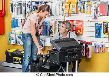 verkoper, het geleiden, klant, in, het selecteren, gereedschap, op, winkel
