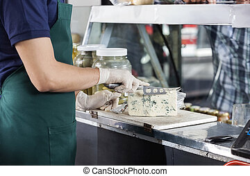 verkoper, het snerpen, blauwe kaas, met, mes