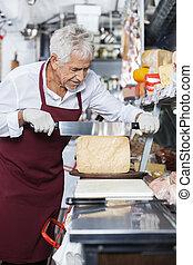 verkoper, het snerpen, kaas, met, mes, in, winkel