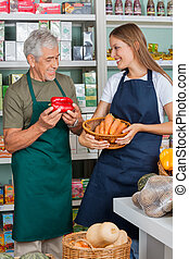 verkoper, met, vrouwlijk, collega, werkende , in, supermarkt