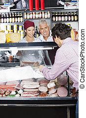 verkopers, helpen, mannelijke , klant, in, aankoop, kaas