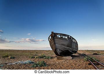 verlassen, angelboot, auf, sandstrand, landschaftsbild, an, sonnenuntergang