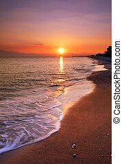 verlaten, strand, op, ondergaande zon