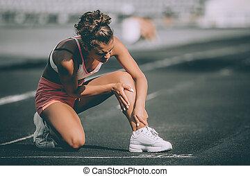 verletzte frau, sie, bein, läufer, grau, track., hintergrund, halten