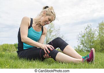 verletzte frau, sie, läufer, sport, knie, halten