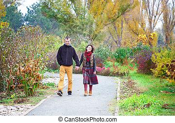 verliefd koppel, lopend in het park