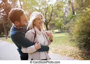 verliefd koppel, wandelende, in park