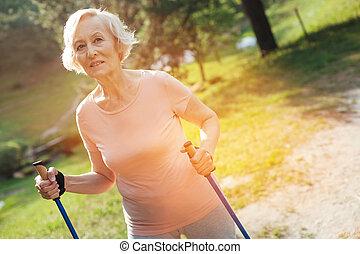 vermakelijk, oude vrouw, het geven, over, haar, gezondheid