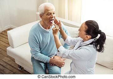 vermakelijk, oudere man, doen, een, medisch, onderzoek