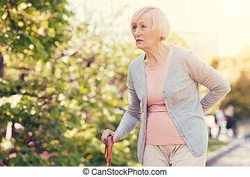 vermakelijk, oudere vrouw, vasthouden, haar, back