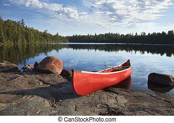 vermelho, canoa, ligado, costa rochosa, de, pacata, lago, com, árvores pinho