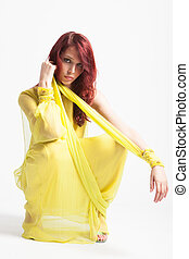 vermelho-haired, longo, elegante, amarela, menina, vestido