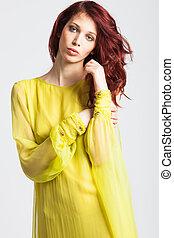 vermelho-haired, menina, em, longo, elegante, vestido amarelo