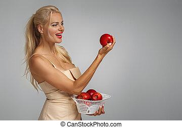 vermelho, mulher, maçã, segurando, jovem