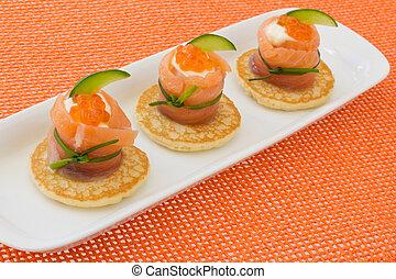 """vermelho, salmão, rolo, com, chees, caviar, e, pepino, on"""", blinis"""""""