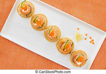"""vermelho, salmão, rolos, com, chees, caviar, e, pepino, on"""", blinis"""""""