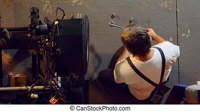 vermoeien, het verwijderen, velg, moersleutel, werktuigkundige, auto, mannelijke , 4k