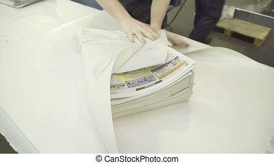 verpakker, pakking, kranten, in, witte , wikkelend papier,...