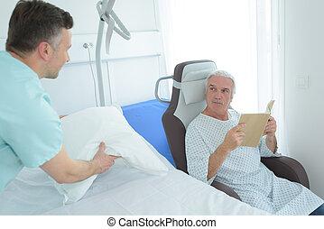verpleegkundige, boek, patiënt, lezende , volgende