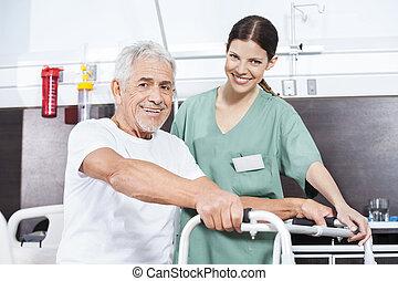 verpleegkundige, en, senior, patiënt, met, walker, op, rehab, centrum