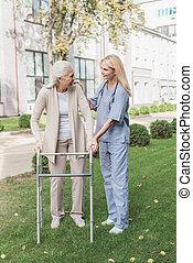 verpleegkundige, en, senior, patiënt, met, walker