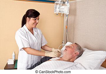 verpleegkundige, geeft, een, patiënt, een, infuus