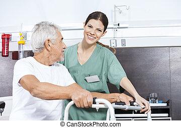 verpleegkundige, helpen, hogere mens, om te, gebruiken, walker, op, rehab, centrum