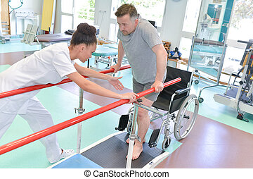 verpleegkundige, helpen, man, om te lopen, gebruik, walker