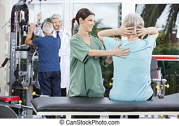 verpleegkundige, helpen, oude vrouw, in rug, oefening, in, rehab, centrum