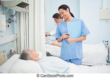 verpleegkundige, het glimlachen, om te, een, patiënt