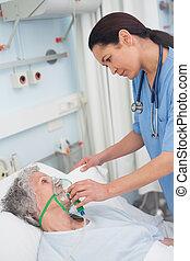 verpleegkundige, het putten, zuurstofmasker, op, een,...