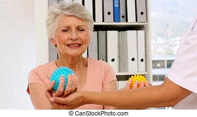verpleegkundige, het tonen, bejaarden, patiënt, hoe, om te, gebruiken, masseren, gelul