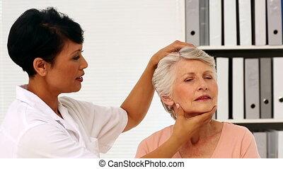 verpleegkundige, het tonen, bejaarden, patiënt, hoe, t