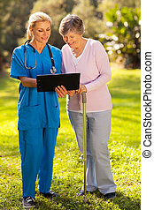 verpleegkundige, het tonen, senior, patiënt, medische test, resultaten