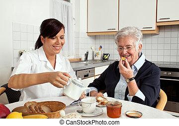verpleegkundige, hulp, oudere vrouw, op, ontbijt