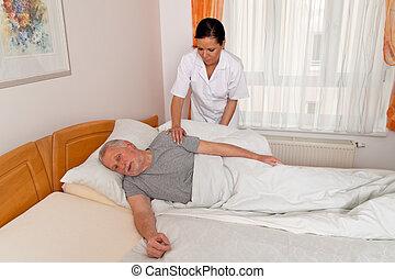 verpleegkundige, in, oud, geven om, de, bejaarden