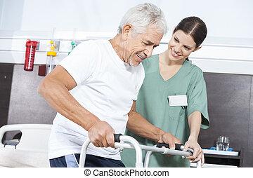 verpleegkundige, kijken naar, patiënt, gebruik, walker, in, rehab, centrum